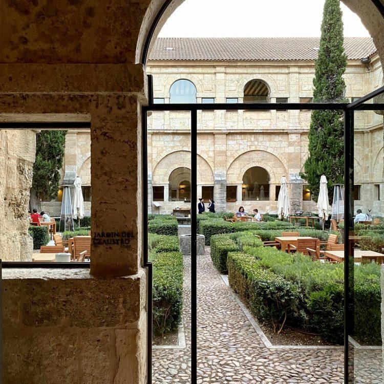 Vinoteca de Abadía Retuerta, cena en el Jardín del Claustro