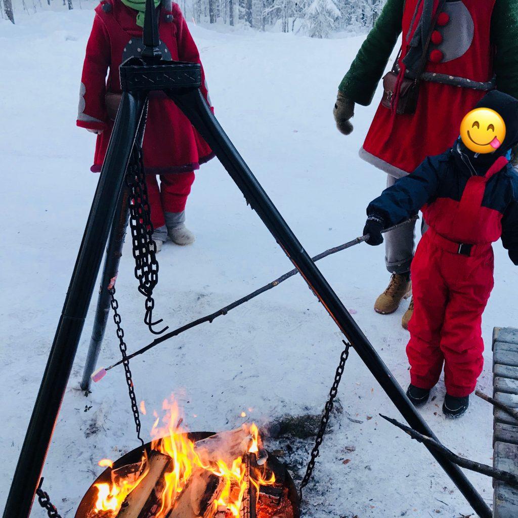 Papá Noel en Laponia asando nubes