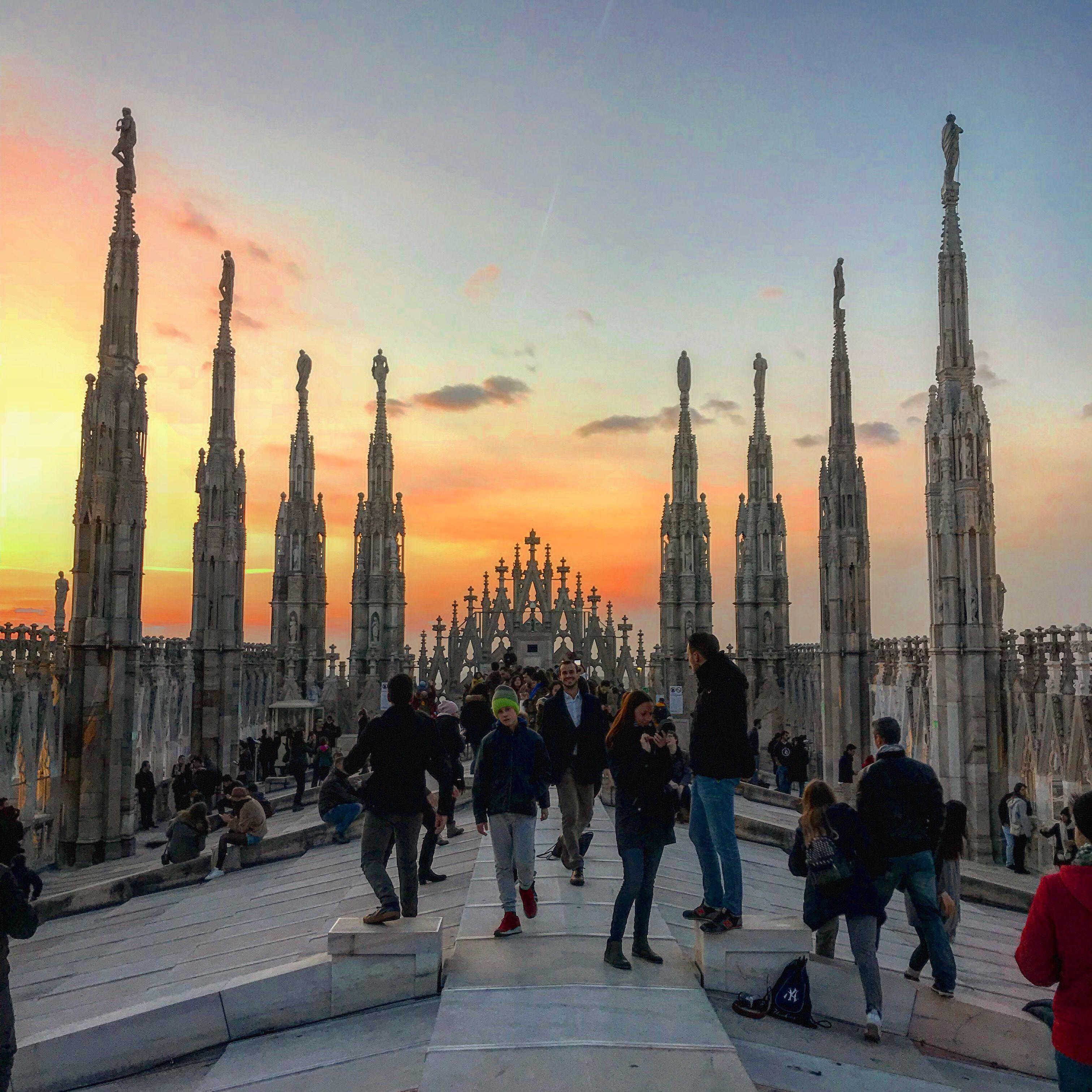 Tejado Duomo Milán atardecer fin de semana en Milán